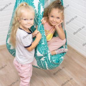 Дети играют с подвесными качелями кокон