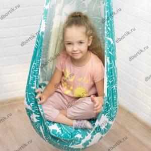 Ребенок 6 лет полностью помещается в подвесных качелях кокон.